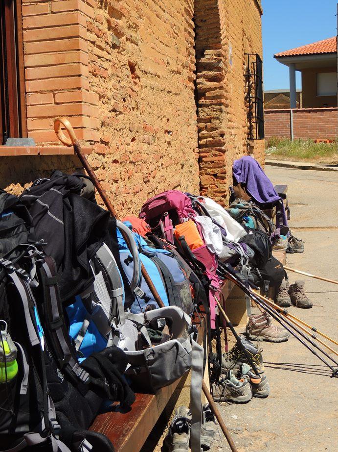 A famosa filinha de mochilas. Marcando a posição de chegada dos peregrinos.