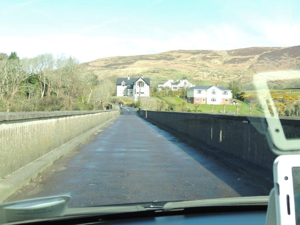 Uma velha ponte no interior por onde se passa apenas um veículo por vez.
