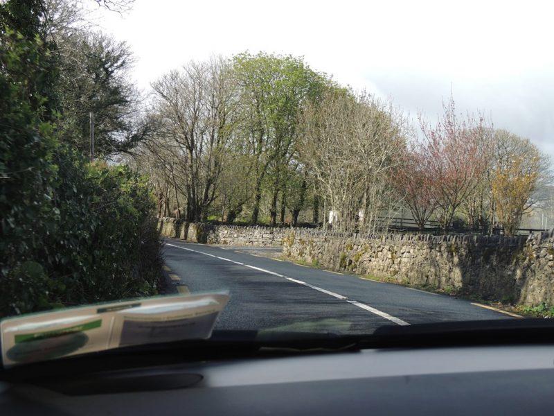 Estrada estreita e muitas curvas.