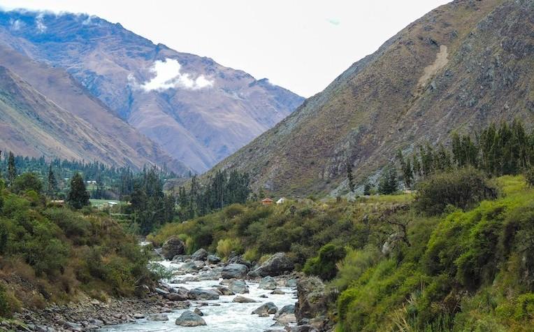 Vista do vale montanhoso onde é feita a trilha Inka